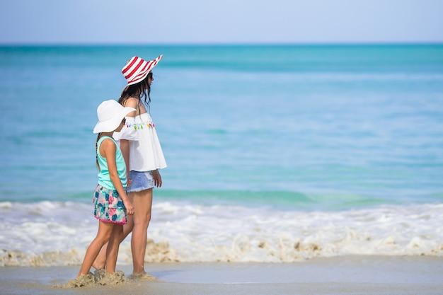 Portret mała dziewczynka i matka na wakacje