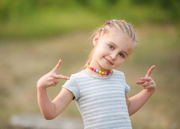 Portret mała dziewczynka w lato parku