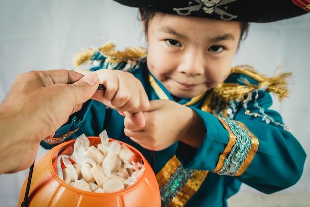 Portret mała dziewczynka w piracie