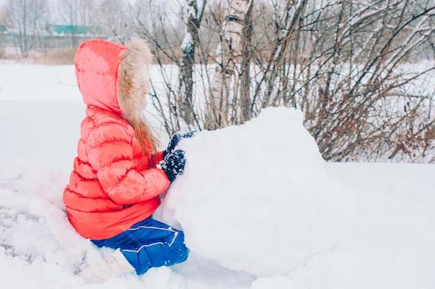 Portret mała urocza dziewczyna w śnieżnym pogodnym zima dniu