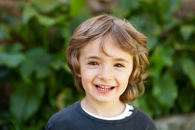 Portret małe dziecko w polu