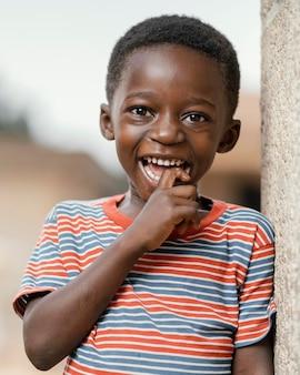 Portret małego chłopca buźkę odkryty