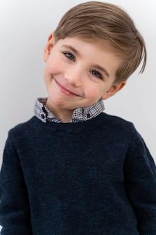 Portret małego chłopca noszącego obiektyw