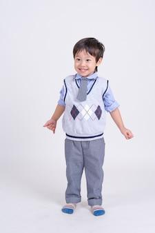 Portret małego chłopca stojącego z uśmiechem