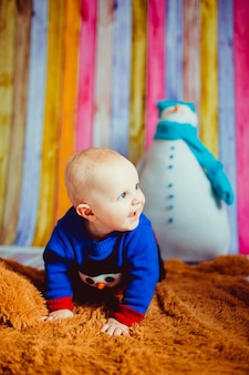 Portret małego chłopca w pokoju