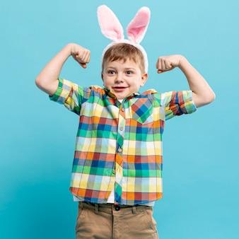 Portret małego chłopca z uszami królika