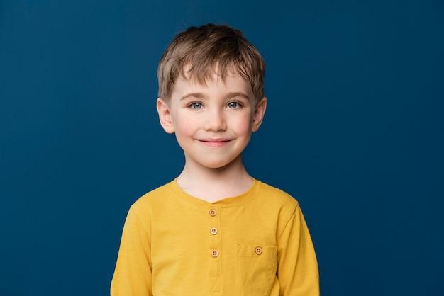 Portret małego dziecka buźkę