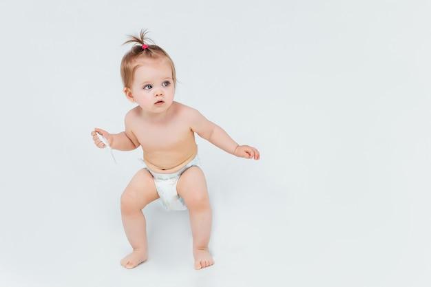Portret małego dziecka trzymającego na rękach zabawkę