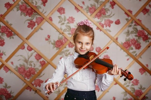 Portret małego skrzypka grającego na skrzypcach