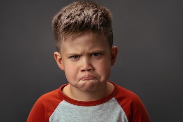 Portret małego smutnego chłopca