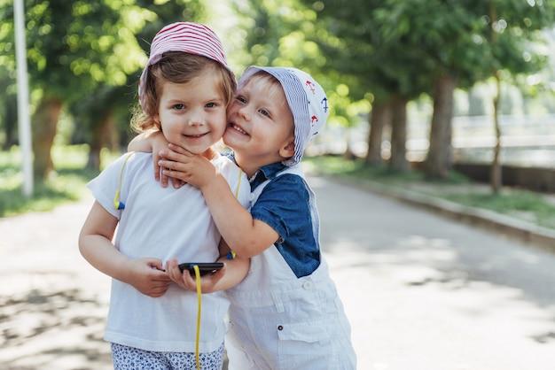 Portret małej dziewczynki i jej brata.