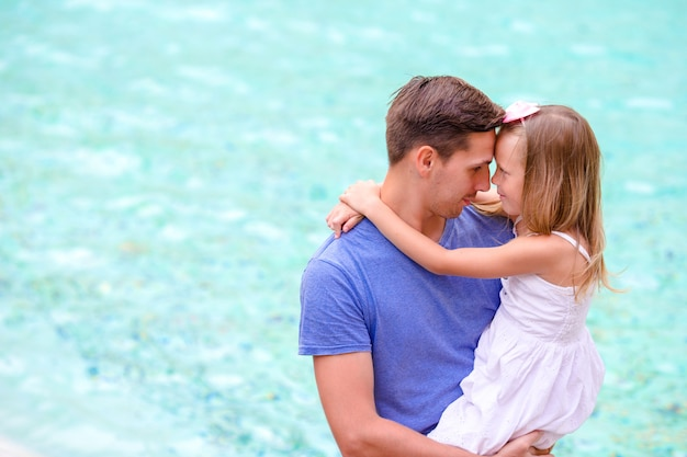 Portret małej dziewczynki i ojca bacground turkusowej wody fontana di trevi