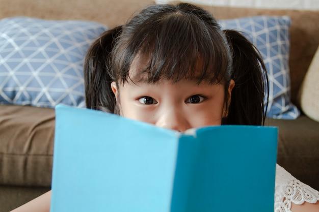 Portret małej dziewczynki przyglądająca kamera