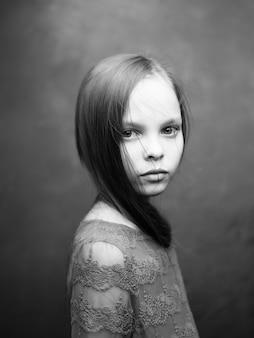 Portret małej dziewczynki zbliżenie pozowanie czarno-białe zdjęcie