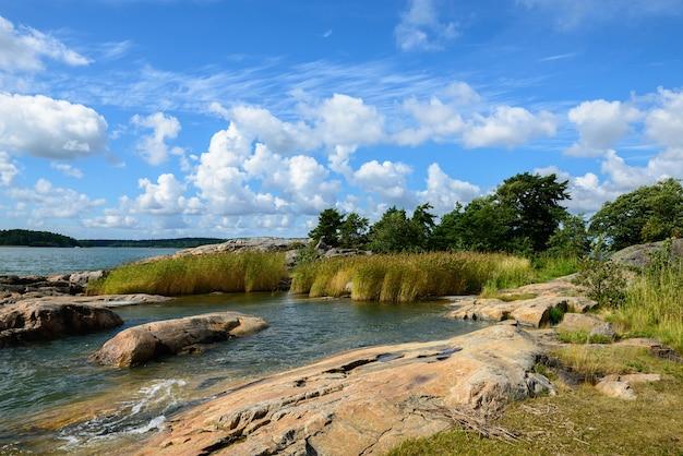 Portret malowniczy widok na jezioro i jasne, błękitne niebo w przyrodzie
