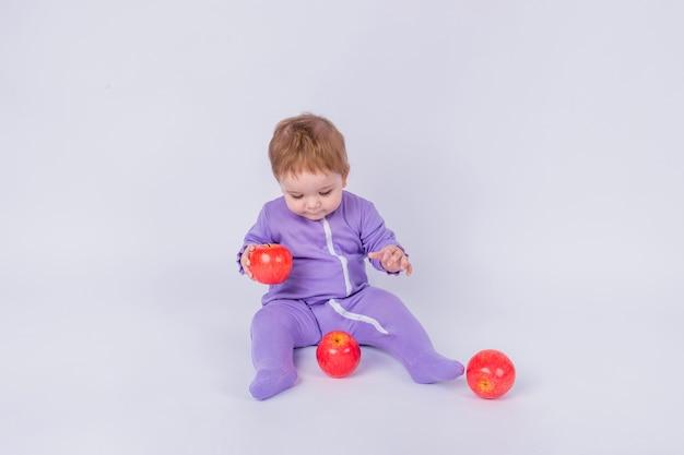 Portret malucha jedzenie jabłka