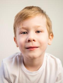 Portret mały chłopiec uśmiecha się