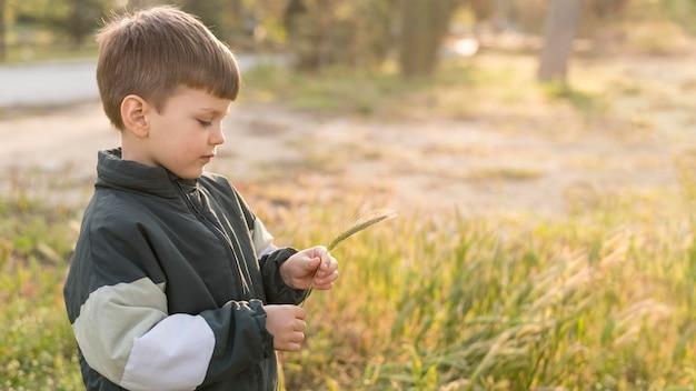 Portret mały chłopiec w parku