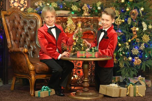Portret małych chłopców pozujących na boże narodzenie