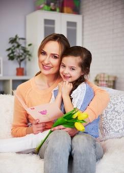 Portret mamy i jej córki z prezentem na dzień matki