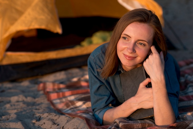 Portret marzycielska kobieta kłaść