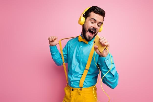 Portret marzycielski brodaty facet śpiewa trzymać mikrofon telefonu słuchać muzyki nakrycia głowy