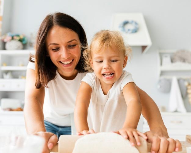 Portret matka i córka gotuje g razem