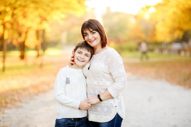 Portret matka i syn przy jesień parkiem