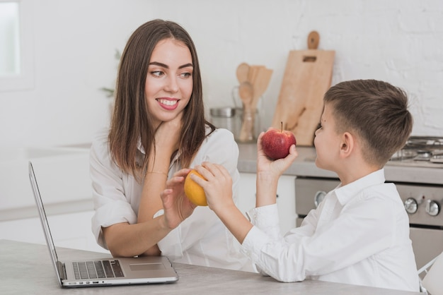 Portret matka i syn w kuchni