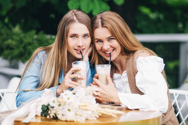 Portret matki i córki spędzających razem czas