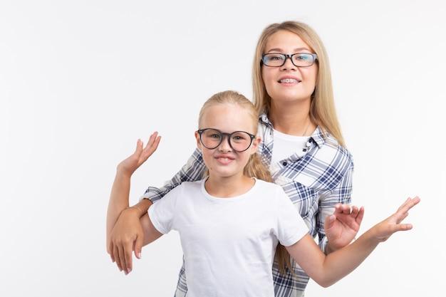 Portret matki i córki w okularach na białym tle