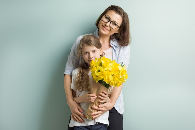 Portret matki i dziecka córka wpólnie obejmuje