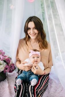 Portret matki i dziecka, grając i uśmiechając się