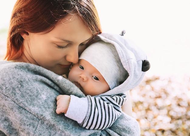 Portret matki i dziecka śpiące noworodek w rękach matki