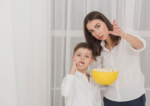 Portret matki i syna z popcornem