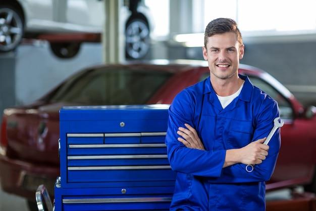 Portret mechanik stojący z założonymi rękami