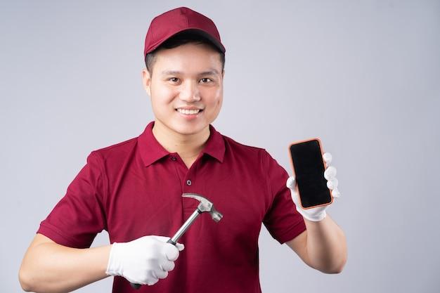 Portret mechanika azjatyckiego na szaro