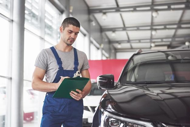 Portret mechanika przy pracy w swoim garażu