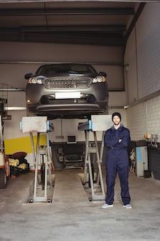 Portret mechanika stojącego z rękami skrzyżowanymi