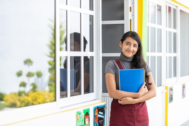 Portret meksykańskiego nauczyciela przy wejściu do szkoły