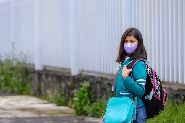 Portret meksykańskiej uczennicy pierwszego dnia powrotu do szkoły