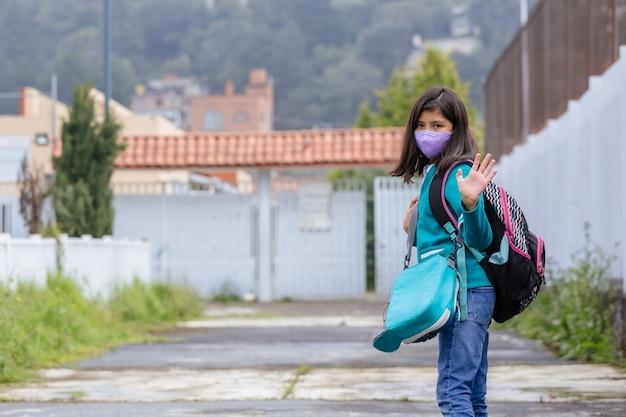 Portret meksykańskiej uczennicy witającej pierwszego dnia powrotu do szkoły