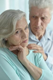 Portret melancholijnej pary starszych z bliska