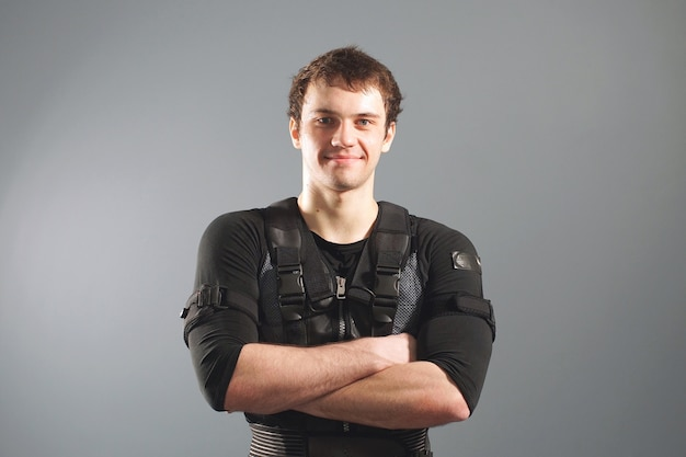 Portret męska atleta jest ubranym czarnego kostium dla ems szkolenia