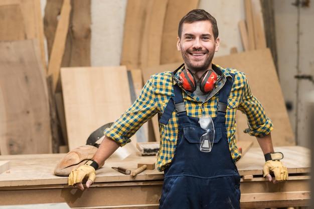 Portret męska cieśla pozycja przed workbench