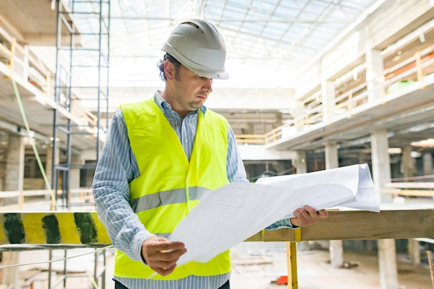 Portret męski inżynier przy budową