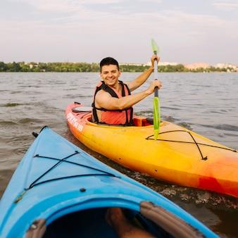 Portret męski kajakarz kayaking