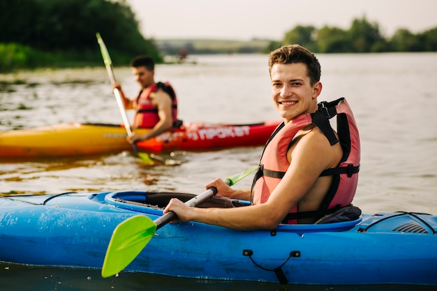 Portret męski kayaker ono uśmiecha się na jeziorze