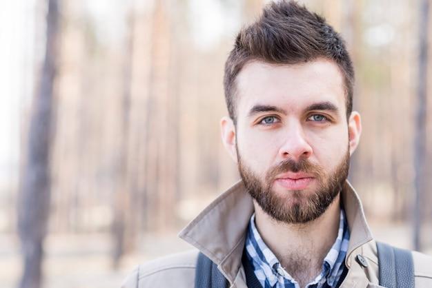 Portret męski podróżnik patrzeje kamerę outdoors