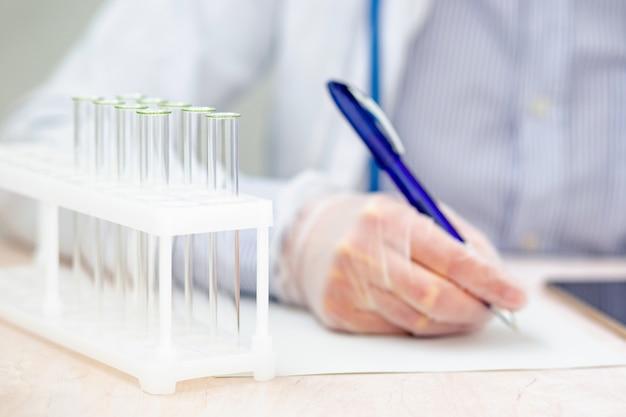 Portret męski pracownik laboratoryjny robi notatkom